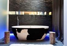 La suite Lovez-vous du Seven Hotel, avec sa cheminée, ses tapis moelleux et son design impeccable