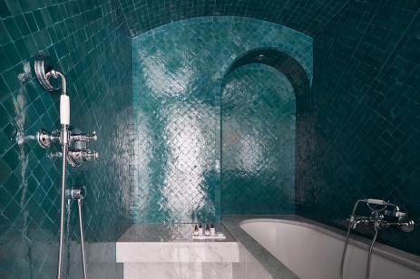 le-roch-hotel-spa-suite-bien-tre-avec-hammam-salle-de-bain-53831-1600-900-auto